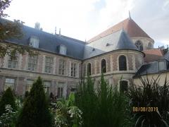 Ancien archevêché ou ancien palais archiépiscopal - Français:   Palais archiépiscopal de Sens: façade donnant sur le jardin.