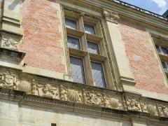 Ancien archevêché ou ancien palais archiépiscopal - Français:   Frise du palais archiépiscopal de Sens donnant sur la rue.