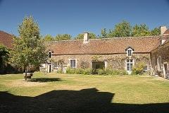 Château de Ratilly - Deutsch: Chateau-de-Ratilly, Nordflügel hofseitig, von S