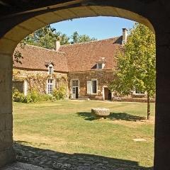 Château de Ratilly - Deutsch: Chateau-de-Ratilly, Burghos vom Portal