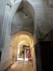 Eglise Saint-Pierre - Français:   Base du clocher, vue vers l\'est.