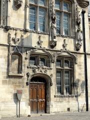 Hôtel de ville - Français:   Partie droite de la façade.