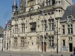 Hôtel de ville - Français:   Vue rapprochée de la façade.