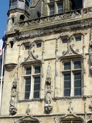 Hôtel de ville - Français:   Fenêtres de l\'étage.