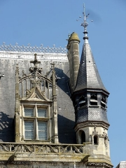 Hôtel de ville - Français:   Lucarne avec gâble et clocheton à droite de la façade de l\'Hôtel de Ville de Compiègne, France.