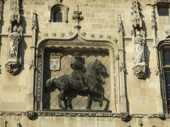 Hôtel de ville - Français:   Statue équestre de Louis XII par Alfred Jacquemart sur la façade de l\'hôtel de ville de Compiègne.