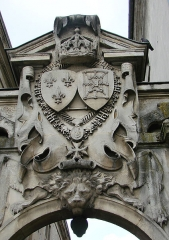 Hôtel de ville -  Blason, situé juste à droite de l\'Hôtel-de-ville de Compiègne. Il surmonte le porche d\'entrée du Musée de la Figurine historique.
