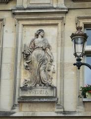 Hôtel de ville -  Bas-relief représentant la Justice sur la façade de l\'Hôtel de Ville de Compiègne.