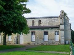 Ancienne abbaye Saint-Arnould - Français:   Ruine d\'un bâtiment conventuel médiéval, cachée partiellement par une construction moderne qui y prend appui; face au cimetière.