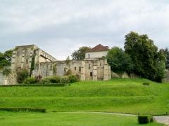 Ancienne abbaye Saint-Arnould - Français:   Le rempart nord (extrémité nord-ouest de la cité fortifiée), avec les vestiges du prieuré Saint-Arnoul.