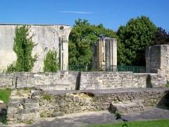 Ancienne abbaye Saint-Arnould - Français:   Les ruines de l\'église de l\'ancien prieuré Saint-Arnoul, place Saint-Simon.