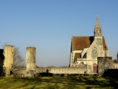 Ancienne abbaye Saint-Arnould - Français:   Vue sur l\'église Saint-Denis depuis l\'église ruinée de l\'ancien prieuré Saint-Arnoul.