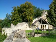 Ancien château Saint-Aubin - Français:   Les remparts à l\'ouest du château Saint-Aubin.