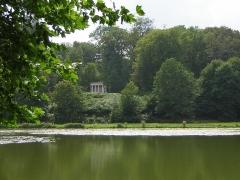 Domaine de Jean-Jacques-Rousseau -   Ermenonville.  Vue du lac sur le temple