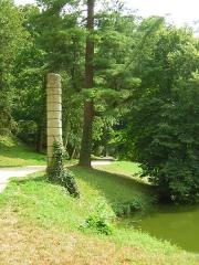 Domaine de Jean-Jacques-Rousseau -   Ermenonville  Colonne de pierre.