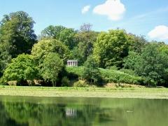 Domaine de Jean-Jacques-Rousseau - Français:   Parc Jean-Jacques Rousseau, Petit étang et Temple de la philosophie moderne.