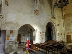 Eglise -  Chœur, côté ouest: arcades ouvrant dans le croisillon sud et la croisée du transept. Le chœur étant désaxé par rapport à l'ancienne nef et la croisée, le croisillon nord ne communique pas avec lui.