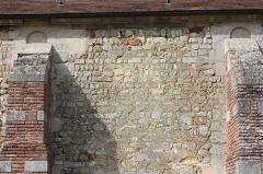 Eglise et cimetière qui l'entoure - Français:   La Rue-Saint-Pierre - Eglise Saint-Lucien, détail du mur Sud