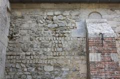 Eglise et cimetière qui l'entoure - Français:   La Rue-Saint-Pierre - Eglise Saint-Lucien, détail du mur Nord