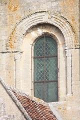 Eglise et cimetière qui l'entoure - Français:   La Rue-Saint-Pierre - Eglise Saint-Lucien, fenêtre Ouest