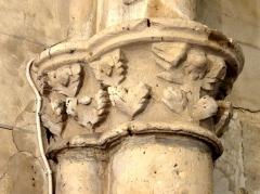 Eglise - Français:   Chœur nord, doubleau intermédiaire, chapiteaux côté nord.