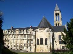 Ancienne abbaye Saint-Vincent - Français:   Vue sur l\'ancienne abbaye et l\'église depuis l\'est. Triplet dans le chevet de l\'église