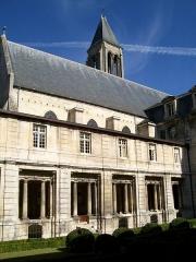 Ancienne abbaye Saint-Vincent - Français:   Ancienne abbaye Saint-Vincent, vue sur l\'église depuis le clôitre.