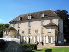 Ancien château royal, prieuré Saint-Maurice et mur gallo-romain - Français:   Prieuré St-Maurice, ancien logis du Prieur (XVIIIe s.), actuel musée de la Vénerie.