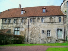 Ancien château royal, prieuré Saint-Maurice et mur gallo-romain - Français:   Vue rapprochée de la façade nord-est, partie la plus ancienne du complexe datant du XIIIe siècle. Le mur du rez-de-chaussée est le rempart gallo-romain, méconnaissable en raison des modifications.