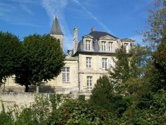 Ancien château royal, prieuré Saint-Maurice et mur gallo-romain - Français:   L\'ancienne abbaye St-Vincent, avec les remparts sud au premier plan.