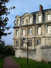 Ancien château royal, prieuré Saint-Maurice et mur gallo-romain - Français:   Ancienne abbaye St-Vincent, vue depuis la promenade des remparts.