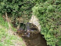 Enceinte gallo-romaine - Français:   La rivière de la fontaine Saint-Urbain, déviation de la Nonette, passe sur le mur d\'enceinte d\'une propriété en bas du rempart Bellevue, en parallèle à la rue des dos d\'Ânes.