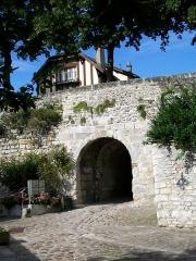 Enceinte gallo-romaine - Français:   L\'enceinte médiévale est encore bien préservé au sud et à l\'est du quartier Saint-Vincent; ici, la poterne des Tisserands, rue du Dos d\'Âne, permettant d\'accéder à la Nonette.