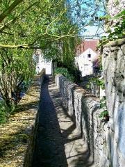 Enceinte gallo-romaine - Français:   Le passage des Carmes sur le rempart médiéval, entre la Nonette et l\'église de l\'ancien couvent: c\'est sans doute la voie la plus étroite de toute la ville.