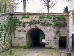 Enceinte gallo-romaine - Français:   La poterne du rempart Bellevue, dans le quartier Saint-Vincent. Ici se termine la rue de la Poterne venant du nord, et commence la courte rue du dos d\'âne, qui se prolonge par la (fausse, pour les piétons) impasse Sainte-Marguerite.
