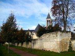 Enceinte gallo-romaine - Français:   Promenade sur les remparts du Moyen-Âge, vue sur ancienne abbaye St-Vincent et son église.