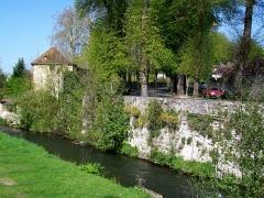 Enceinte gallo-romaine - Français:   Le rempart des Ôtages de Senlis, protégé par la déviation de la Nonette; ici, près de la porte de Paris.