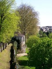 Enceinte gallo-romaine - Français:   La tour du jeu d\'arc est la dernière tour conservée de l\'enceinte médiévale. Elle se situe sur le rempart des Ôtages / du Montauban, qui supporte les avenues du même nom. Vue depuis la bastion du Montauban, plus au nord.