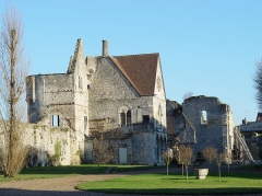 Enceinte gallo-romaine - Français:   Château royal de Senlis, France; vestiges de la chapelle royale Saint-Denis (à droite) et de la tour n° 28 de l\'enceinte gallo-romaine, dite de l\'Oratoire.