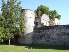 Enceinte gallo-romaine - Français:   Le jardin du Roy à Senlis, Oise, France. Au fond, le rempart du IIIe siècle avec la tour n° 29 ou «tour des Gardes», et les vestiges du château royal.