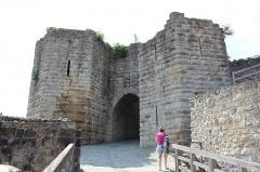 Ruines de l'ancien château et la butte sur laquelle elles sont situées - Français:   Porte Saint-Jean, Château-Thierry.