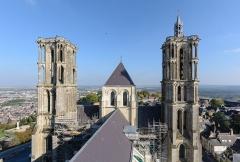 Ancienne cathédrale, actuellement église Notre-Dame, et cloître - Deutsch: Osttürme der Kathedrale Notre-Dame von Laon, Picardie, Frankreich (Ansicht vom Südwestturm)
