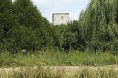 Ancienne commanderie de templiers de Moisy - Deutsch: Templerkomturei Moisy-le-Temple in der Gemeinde Montigny-l'Allier im Département Aisne (Region Hauts-de-France/Frankreich), Torhaus, im Vordergrund der Canal du Clignon