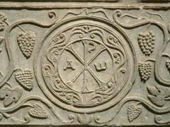 Ancienne abbaye Notre-Dame -  Sarcophage de Drausin, détail  Cuve de sarcophage  VI° siècle  Marbre  Provenance: Soissons  L.: 2,12 m, l.: 0,76 m, H.: 0,53 m  Décoré d'un chrisme et de pampres de vigne. Il aurait, selon la tradition, contenu le corps de Drausin ,évêque de Soissons, mort v. 680  Ma 2955  Musée du Louvre, Denon, Rez-de-Chaussée, salle 28.   Photographe: Clio20