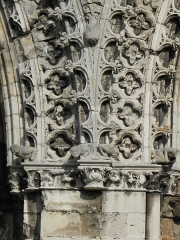Ancienne abbaye de Saint-Jean-des-Vignes - Détail de la base d'un des gables de la façade occidentale de l'abbatiale Saint-Jean-des-Vignes à Soissons (02).