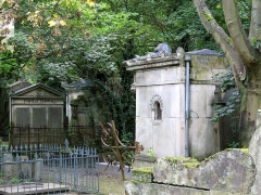 Cimetière de la Madeleine -   Amiens (Somme, France) -  Au cimetière de La Madeleine, la tombe LEROUX et d\'autres tombes tout autour.   .