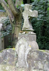 Cimetière de la Madeleine -  Amiens (Somme, France) -  Au cimetière de La Madeleine, détail d'une tombe voisine de la tombe LEROUX.   .