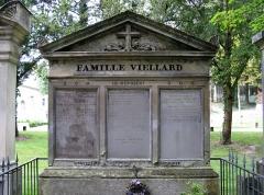 Cimetière de la Madeleine -  Amiens (Somme, France) -  Au cimetière de La Madeleine, la tombe VIELLARD.   .
