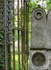 Cimetière de la Madeleine -  Amiens (Somme, France) -  Au cimetière de La Madeleine, la tombe BAILLEUL.   Le monument lui-même, en pierre et mentionnant les noms des personnes inhumées, est dressé au fond de la concession. Un armature métallique existe encore, autour et devant cette pierre. Il s'agissait d'une verrière, dont il ne subsiste plus aucun vitrage! Un motif décoratif (encore présent partiellement) ornait le bord frontal de cette verrière.