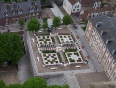 Ancien évéché - Français:   Amiens - Vue depuis les tours de Notre-Dame: jardin près du Palais de l\'évêché.